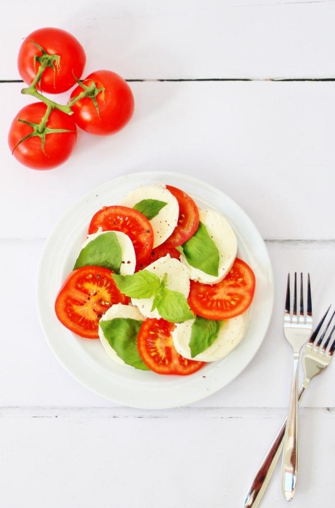Caprese salad with forks