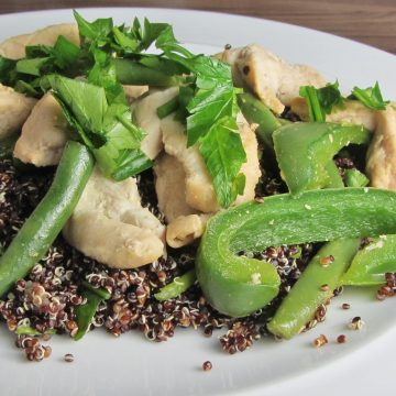 Black quinoa and chicken salad with green beans and green peppers
